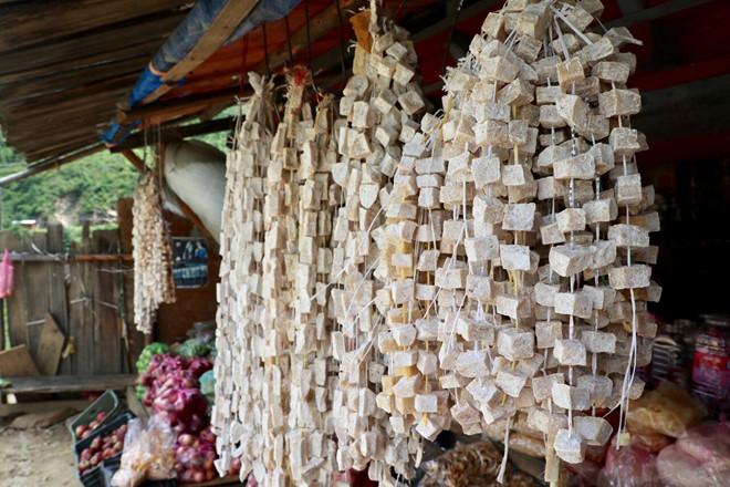 Pho mát cứng được treo lên dây và bày bán ở Bhutan. Ảnh: Karen Lim.