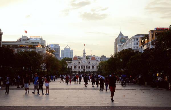 Ngày nay, tên gọi Bến Nghé được dùng cho một phường ở quận 1. Khu vực này hiện nay thu hút đông đảo du khách trong và ngoài nước bởi phố đi bộ Nguyễn Huệ với nhiều hoạt động. Ảnh: Phong Vinh.