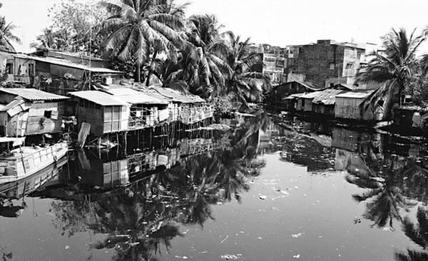 """Thị Nghè  Không một người Sài Gòn nào không biết đến cây cầu bắc ngang qua khúc kênh Thị Nghè nổi tiếng nối liền quận 1 và quận Bình Thạnh. Theo quyển """"Gia Đình thành thông chí"""" – mục """"Trấn Phiên An"""" được viết bởi Trịnh Hoài Đức, vào năm 1820, Thị Nghè là tên gọi của người dân địa phương đặt cho bà Nguyễn Thị Khánh và cũng là tên được đặt cho cây cầu được bà xây dựng. Người dân kính trọng bà vì công khai hoang đất đai và bắc cầu đi lại qua sông cho dân chúng. Bà còn là vợ của một thư ký lúc đương thời, là trưởng nữ của quan Khâm sai Chánh thống Vân Trường Hầu Nguyễn Cửu Vân. Ảnh: Flickr."""