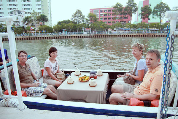 Ngày nay, đến khu vực Thị Nghè du khách sẽ có cơ hội khám phá thành phố qua tuyến du thuyền ở cạnh cây cầu . Du khách sẽ không chỉ được nghe thuyết minh về lịch sử của thành phố, thưởng thức đờn ca tài tử mà còn được dịp ngắm khung cảnh hai bên bờ với nhiều công trình kiến trúc lịch sử độc đáo. Ảnh: Phong Vinh.