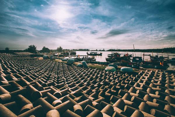Tuy chỉ là điểm dừng chân trên hành trình khám phá nét đẹp của đất nước, ấn tượng của chúng tôi về Lộc An thực sự rõ nét. Sáng bình minh khi mặt trời ló rạng là lúc cảng cá chuyển mình thay một chiếc áo mới màu sắc và mộc mạc.