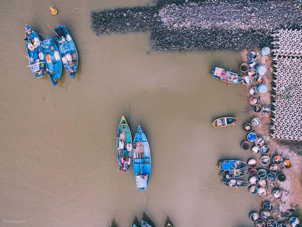 Cang ca Loc An: Net dep moc mac cua nguoi dan mien bien hinh anh 5 Những sắc màu bắt mắt nhìn từ trên cao, ghi lại cảnh những con thuyền neo đậu ngăn nắp đợi ra khơi.