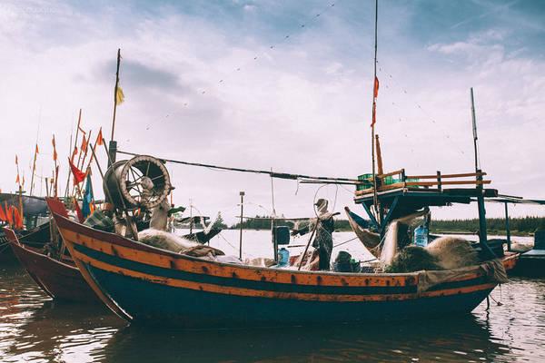Ngư dân đang xếp lưới gọn gàng để chuẩn bị cho chuyến đánh bắt mới. Ai cũng vui vẻ và phối hợp nhịp nhàng với nhau trong công việc.