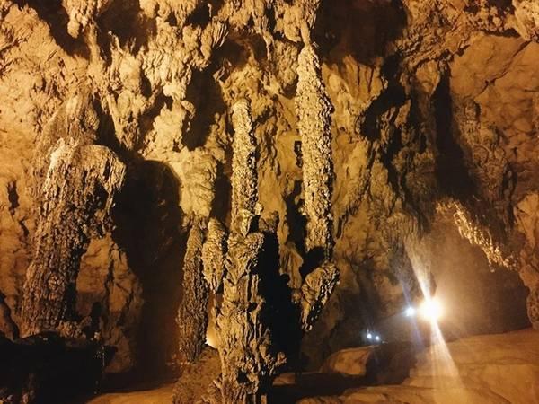 Gần khu cổng thác có cơm, phở của khách sạn Sài Gòn – Bản Giốc giá 45.000 đồng một phần, bạn có thể ăn và nghỉ chân. Sau đó đến động Ngườm Ngao (cách thác 3 km), vé 45.000 đồng, có nhiều thạch nhũ đẹp.