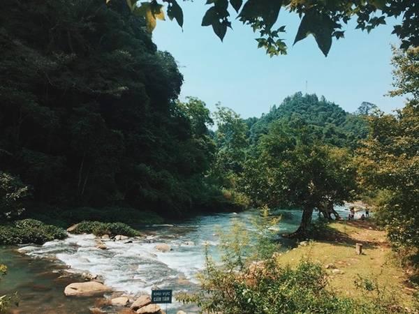 Khu di tích Pác Bó (cách trung tâm Cao Bằng 50 km) có núi Các-mác, suối Lê-nin, nhà trưng bày; giá vé là 20.000 đồng. Hồ Hang Then có cảnh vật hoang sơ, cạnh đó có mấy nhà sàn để khách nghỉ chân, ăn uống.