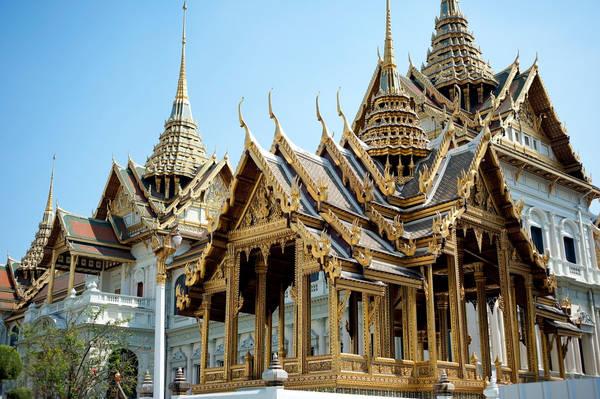 """""""Hoàng cung đóng cửa"""": Kẻ lừa đảo sẽ tung tin cung điện Hoàng Gia đang đóng cửa, sau đó gợi ý một địa điểm khác với mức giá rẻ hơn. Nếu gật đầu, bạn không chỉ mất cơ hội khám phá địa điểm du lịch hút khách nhất Bangkok, mà còn phải trả thêm chi phí đi lại bằng taxi, tuk tuk hoặc bị dụ dỗ mua quà lưu niệm. Ảnh: Theculturetrip."""