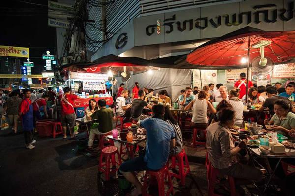 Giả mạo nhân viên cơ quan du lịch: Trong khi đang tìm tàu xe, bạn có thể gặp một người giả mạo là nhân viên của cơ quan du lịch Thái Lan. Kẻ lừa đảo cho biết tàu và xe đã kín chỗ, khuyên nên chọn phương án khác. Bạn đừng vội tin, vì nhân viên cơ quan du lịch không có văn phòng riêng để bán vé cho khách. Ảnh: Travelhostel.