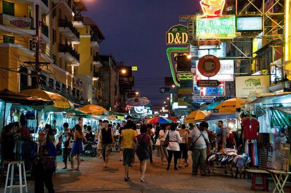 Tìm thợ may quần áo: Du khách đến Thái Lan thường bị quấy rầy bởi câu hỏi có cần tìm thợ may vest hay áo sơ mi không. Đất nước này có nhiều thợ may uy tín, nhưng cũng không hiếm thợ máy yếu tay nghề. Nếu đang có kế hoạch may vest ở Thái Lan, bạn nên tìm hiểu kỹ trước khi quyết định. Ảnh: Theculturetrip.