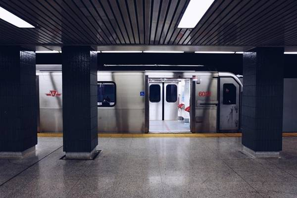 Phương tiện đi lại Tàu điện ở Toronto rất tiện lợi cho khách du lịch. Hà tư vấn đi từ TTC - trạm tàu điện ngầm của thành phố, bạn có thể đến những nơi khác bằng việc mua đồng xu giá 55.000 đồng. Mỗi đồng xu là một lượt đi, dù xa hay gần. Hoặc mua thẻ ngày, đi không giới hạn số lượt tàu điện và bus, giá hơn 230.000 đồng. Sim liên lạc và 3G được bán ở nhiều nơi, với giá hơn 900.000 đồng, nên My Hà khuyên nên tải bản đồ offline trước khi đi và tận dụng wifi miễn phí ở khách sạn, quán ăn.