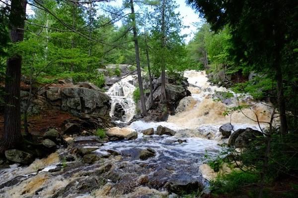 Thác nước Duchesnay cũng là điểm nên đi, thời gian thích hợp từ 9h đến trước 14h. Bạn cần đi đến trường đại học Nipissing rồi đi bộ gần hai tiếng trong rừng để đến thác. Cảnh thác rất hùng vĩ, nước màu cam nâu, dòng suối chảy rất mạnh.