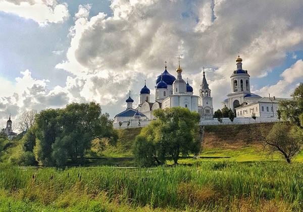 Nếu như Moscow có vẻ hối hả, hoành tráng với bề dày lịch sử thì St Petersburg lại mang vẻ lãng mạn của một Venice phương Bắc với những dãy nhà cổ tuyệt đẹp.
