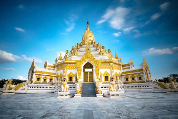 Chùa Swe Taw Myat thường là điểm đến đầu tiên trong hành trình khám phá miền đất Phật, sau khi du khách hạ cánh tại sân bay Yangon. Đây là nơi thờ Xá lợi Răng Phật. Người dân Myanmar tới đây hành lễ thường mang theo những lá vàng để dát lên pho tượng Phật, cầu phước lành. Du khách lưu ý để giày dép bên ngoài trước khi vào chùa, nơi đây miễn phí vé tham quan và mở cửa đón khách từ 9h - 22h. Ảnh: Five Prime.