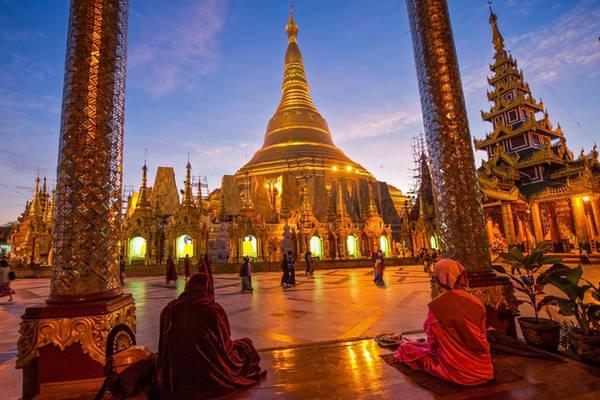 Điểm đến tiếp theo tại Yangon là Chùa Vàng Shwedagon, nơi những tín đồ Phật tử Myanmar đều mong một lần hành hương tới. Đỉnh tháp chính trong chùa Shwedagon cao tới 99 m, bao quanh là 1.000 tháp nhỏ lưu giữ nhiều báu vật linh thiêng của Phật giáo. Tháp vàng Shwedagon được dát hàng trăm lá vàng, gắn 4531 viên kim cương. Đáng chú ý nhất là viên kim cương 76 carat trên đỉnh tháp. Chùa mở cửa cho du khách tham quan với gái 8 USD/lượt, từ 4h tới 22h hàng ngày. Vào một số ngày lễ đặc biệt, chùa sẽ đón khách 24/24. Ảnh: Asia Trips.