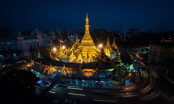 Toạ lạc tại khu vực trung tâm của thành phố Yangon, chùa Sule nổi bật với đỉnh chóp được mạ vàng cao 48 mét. Vào thế kỉ 19, người Anh từng quy hoạch thành phố, từ đó chùa Sule trở thành điểm giao nhau của những con đường lớn và đẹp nhất tại Yangon. Du khách sau khi viếng chùa sẽ được tham quan những công trình cổ từ thời thuộc địa ngay gần đó. Vé vào cửa 2 USD/lượt, giờ mở cửa từ 4h - 22h hàng ngày. Ảnh: James Tye.
