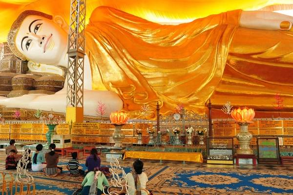 Từ Yangon, du khách đi qua quãng đường 70 km đến Bago, một trong những cố đô của Myanmar từ thế kỷ 15. Tại đây, du khách không nên bỏ lỡ cơ hội ghé thăm chùa Shwethalyaung nổi tiếng với bức tượng Phật nằm khổng lồ dài 55 m, cao 16 m, được dựng nên từ cuối thế kỷ thứ 10. Chùa mở cửa từ 6h - 21h hàng ngày, miễn phí tham quan. Ảnh: Asia Trips.