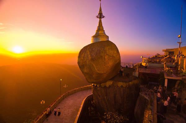 Chùa Đá Vàng hay còn được gọi là chùa Kyaiktiyo là điểm hành hương Phật giáo nổi tiếng thứ ba tại Myanmar, sau chùa Swedagon và đền Mahamuni, cách Yangon 200 km. Ngôi chùa nằm gần tảng đá dát vàng khổng lồ, chênh vênh cạnh vách núi cao 1.100 m. Tương truyền rằng, tảng đá có thể đứng vững nhờ một sợi tóc của Phật Tổ được đặt trong tháp thờ cao 7,3 m nằm trên khối đá. Vé vào cửa 4,5 USD/lượt. Ảnh: Blaine Harrington.