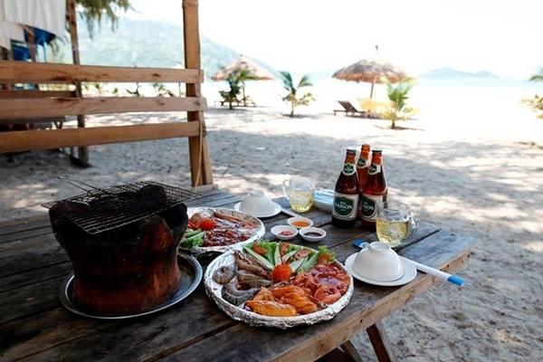 Bạn ũng có thể đặt đồ ăn, hải sản nướng BBQ ở đây, nếu đi nhóm đông nên đặt trước để nhà bếp mua hải sản tươi.