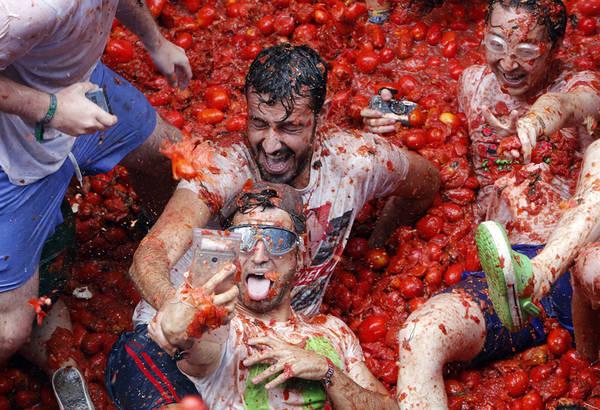 """Lễ hội La Tomatina thường được tổ chức vào ngày thứ tư cuối cùng của tháng 8. Năm 2017 là lần thứ 72 diễn ra lễ hội này, với sự tham gia của khoảng 22.000 du khách và 150 tấn cà chua chín đã được sử dụng làm """"vũ khí"""". Ảnh: Alberto Saiz / AP."""
