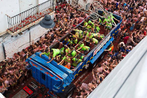 Lễ hội bắt đầu sau tiếng súng báo hiệu lúc 11h, chiếc xe tải chở cà chua chín tiến vào bên trong con đường hẹp. Ảnh: Jaime Reina / AFP / Getty.
