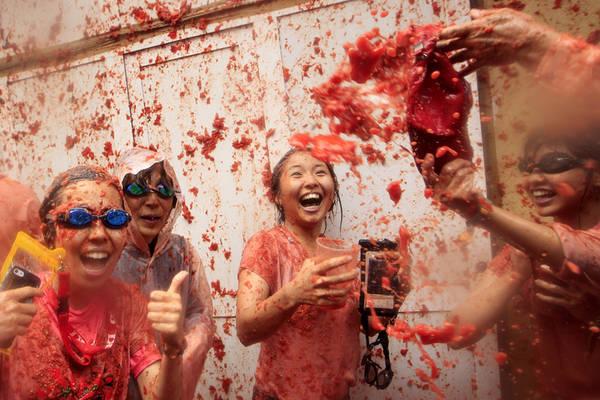 La Tomatina được đánh giá là một trong những lễ hội nổi tiếng trên thế giới, là cơ hội phát triển du lịch của Tây Ban Nha. Tuy nhiên, lễ hội này cũng bị coi là lãng phí thực phẩm. Ảnh: Alberto Saiz / AP.
