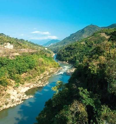 Con sông Mã trong xanh chảy qua thác ghềnh trên cung đường Co Lương – Mường Lát