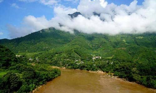 Thị trấn Mường Lát bên dòng sông Mã, sau cơn mưa rừng sông trở nên đục ngầu phù sa