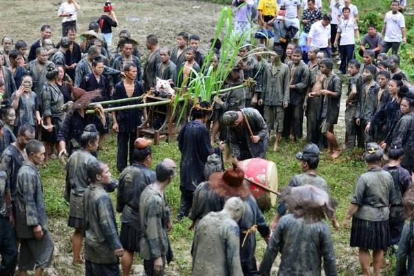 Năm nay, lễ hội diễn ra vào ngày 2/9, tại khu vực làng Jiaobang, huyện Jianhe, Quý Châu, Trung Quốc. Người Miao từ những ngôi làng lân cận tụ tập cùng tham gia lễ hội.
