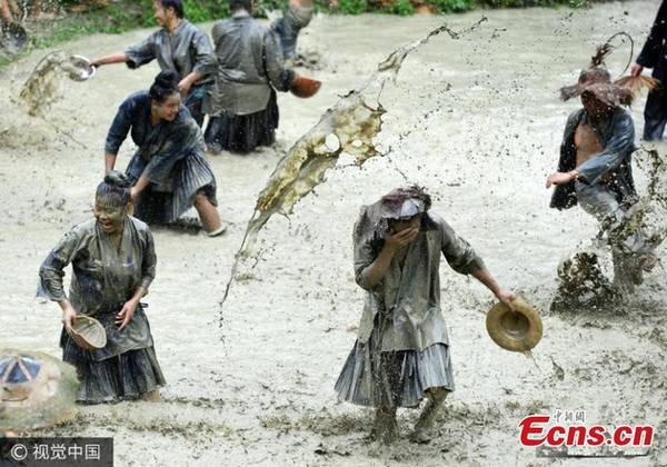 Người dân đi hội cũng ném bùn vào nhau để cầu trời ban phước lành, sức khỏe và cuộc sống sung túc cho cả làng.