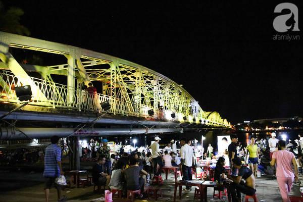 Dưới chân cầu Trường Tiền luôn là nơi thu hút du khách và người dân đi dạo và ăn uống mỗi tối.