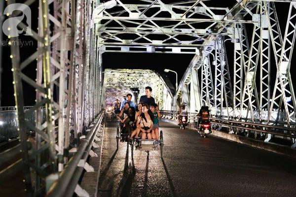 Dòng sông Hương mềm mại như thiếu nữ, cầu Trường Tiền vững chãi với thời gian.