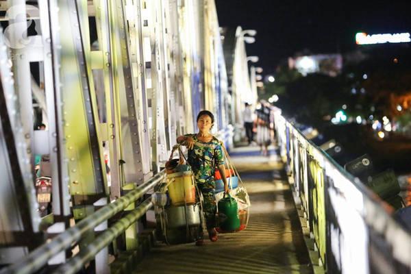 Những con người gánh hàng trên vai như gồng gánh cả cuộc đời ấy vẫn lặng lẽ lo toan ở thành phố này mỗi đêm.
