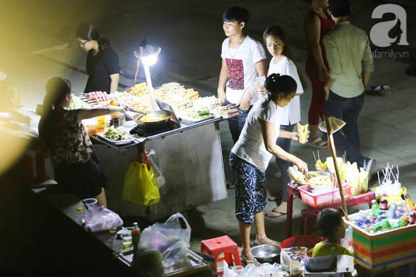 Đa dạng những món ăn trên tuyến phố đi bộ vào mỗi đêm.