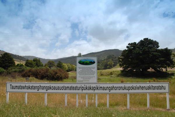 """Taumatawhakatangihangakoauauotamateaturipukakapikimaungahoronukupokaiwhenuakitanatahu (85 chữ cái) nằm ở Taumata, đảo Bắc, New Zealand. Trong tiếng Maori của người địa phương, tên vùng đất này có nghĩa là """"Đỉnh núi nơi Tamatea, chàng trai có đầu gối lớn, người leo núi, người lang thang khắp nơi, thổi sáo tặng người chàng yêu"""". Ảnh: Pinterest."""