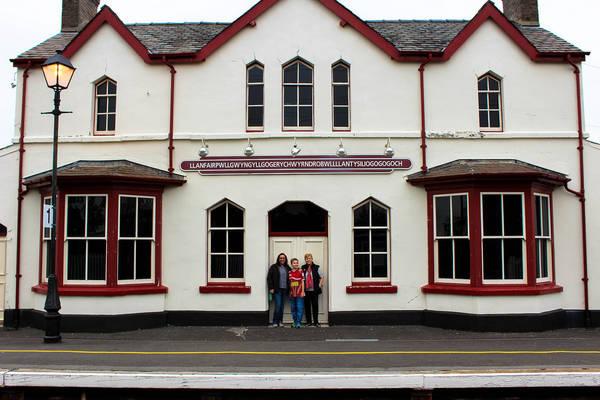 """Llanfairpwllgwyngyllgogerychwyrndrobwllllantysiliogogogoch (58 chữ cái) là một ngôi làng nhỏ trên đảo Anglesey của xứ Wales. Nghĩa của cái tên này khá khó hiểu - """"Nhà thờ Thánh Mary trong hốc cây phỉ trắng gần xoáy nước của nhà thờ Thánh Tysilio với một hang động màu đỏ"""". Ảnh: Welcome to Flickr."""