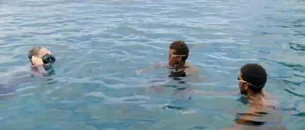 Theo Gordon, việc chạm trán với một trong những loài cá mập đáng sợ nhất đại dương có thể là nỗi ám ảnh cả đời đối với một người. Nhưng với cư dân trên đảo Owarigi, việc bơi lội hàng ngày giữa đàn cá mập ăn thịt người là một phần trong thói quen hàng ngày. Và không ai cảm thấy sợ hãi.