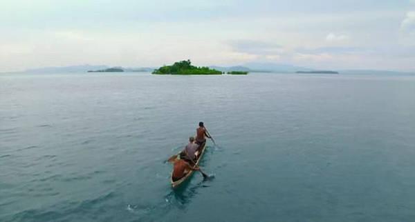 Gordon cũng được hai cư dân là Moses và Sosimo hướng dẫn các kỹ thuật đánh bắt cá cổ xưa của họ, cách người dân có thể tồn tại giữa các sát thủ đại dương.