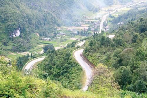 Những con đường ngoằn ngoèo trông rất đẹp trên cao nguyên đá Đồng Văn