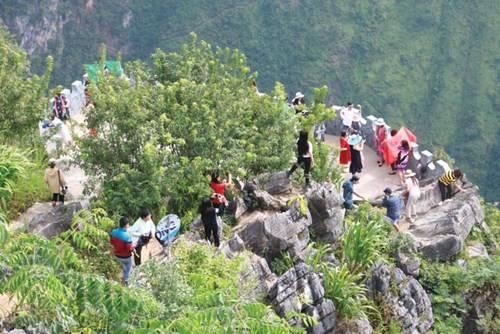 """Du khách nào khi qua đèo Mã Pì Lèng cũng ghé mỏm đá """"huyền thoại"""" để chiêm ngưỡng sông Nho Quế"""