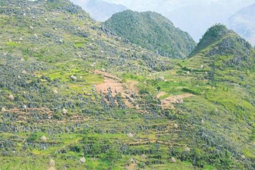 Những ngọn núi nối tiếp nhau trùng trùng với những mỏm đá tai mèo nhọn hoắt