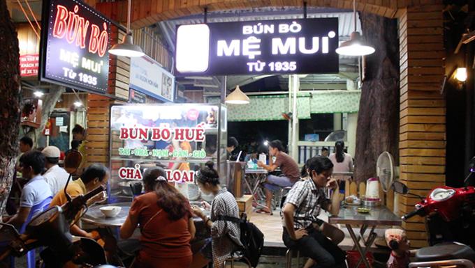 Quán bún bò trên đường Lê Hồng Phong đến nay mở được hơn 80 năm, với công thức gia truyền của mệ Mui, gắn bó với nhiều thế hệ người Đà Nẵng. Du khách đến đây cũng thường tìm đến quán ăn trứ danh này.