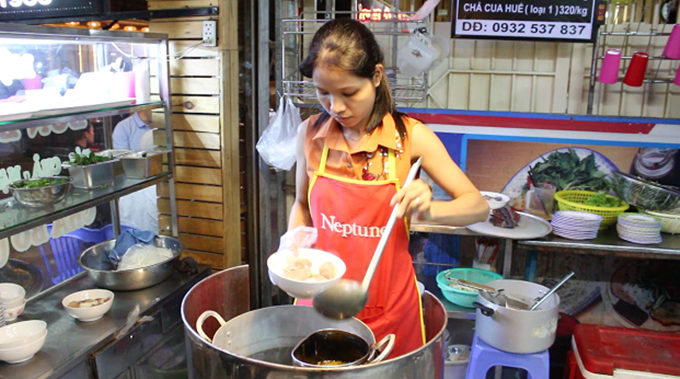 """Chủ quán là chị Lưu Thị Hồng Nhung (30 tuổi), là người được mệ Mui chọn làm """"người thừa kế"""" công thức bún bò đặc biệt. Chị chia sẻ, khi chế biến nước dùng phải có thêm ít nước tinh chắt lọc từ ruốc và nguyên liệu không thể thiếu gừng tươi nướng trên bếp than rồi giã nhuyễn."""