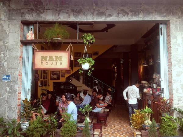 Quán nằm trên đường Lê Hồng Phong, quận Hải Châu, Đà Nẵng. Vẻ ngoài không quá nổi bật nhưng bước chân vào quán, bạn như đến một thế giới khác. Lấy ý tưởng từ những ngôi nhà ở nhiều năm trước, chủ quán đã dùng các vật dụng sinh hoạt thường ngày để làm trang trí chủ đạo.