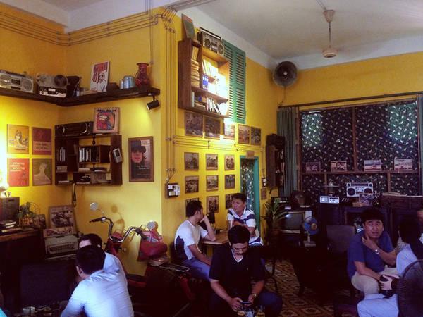 Những bức tranh đen trắng về cuộc sống, tình yêu cũng được tận dụng làm trang trí ở một góc quán.