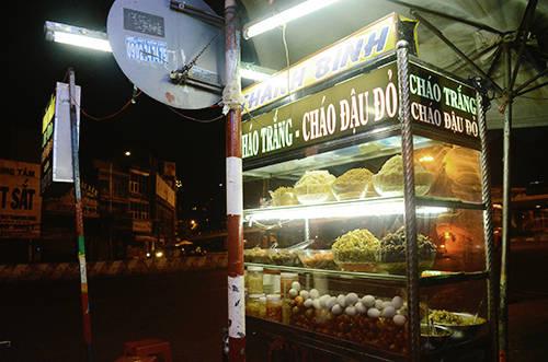 Góc ăn đêm bình dị trong đêm khuya ở Sài Gòn. Ảnh: Phong Vinh.