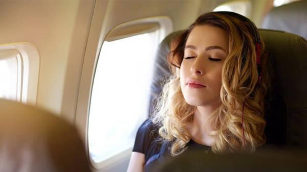 Không nên ngủ khi máy bay đang cất hoặc hạ cánh, vì có thể gây ảnh hưởng lớn đến thính giác. Ảnh: iStock.