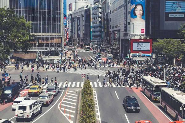 Mối quan hệ giữa các chủ thể và môi trường xung quanh chiếm tỷ lệ lớn trong các tác phẩm của Figueras, như ảnh chụp nút giao thông ở trung tâm Tokyo