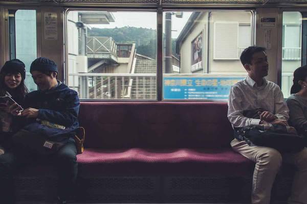 Công việc chính của Figueras là tiếp thị và sản xuất nội dung cho một công ty phần mềm ở Tokyo, anh vẫn dành nhiều thời gian cho đam mê của mình. Đó là chụp lại những khoảnh khắc thu hút của con người và đường phố tại thủ đô của Nhật Bản.