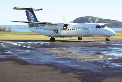 """""""Chim sắt"""" Q300 bay đến sân bay gió mạnh"""