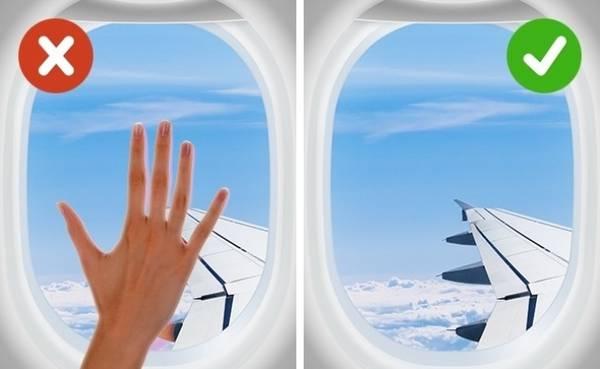 """Chạm vào các vật xung quanh Máy bay là nơi trú ẩn của rất nhiều loại vi khuẩn. Các hành khách đi trước có thể để lại nhiều thứ bẩn trong túi sau ghế, hoặc trên bàn ăn. Không phải sau chuyến bay nào, máy bay cũng được vệ sinh vì thế vi khuẩn có thể """"di cư"""" sang tay bạn. Vì vậy, đừng chạm vào bất kể vật gì một cách không cần thiết, nếu có thể hãy mang giấy bông tẩm cồn theo để lau."""