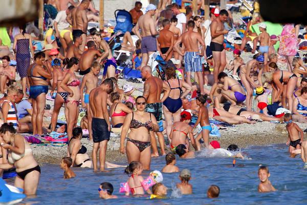 Diu khách tắm biển ở Pháp - Ảnh: The New York Times